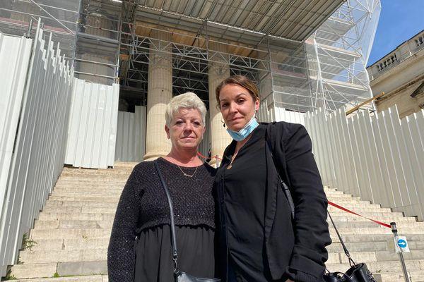 Laurence et Hourya Perrin (la mère et la sœur de Sofiane Perrin) lors du premier jour du procès qui se déroule à la Cour d'assises de Montpellier, dans l'Hérault. / 8 mars 2021.