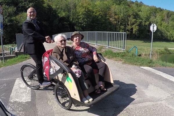 Daniel Sainte-Croix directeur de l'EHPAD de Ligny-en-Barrois avec Yvonne Jeannet et Brigitte Essertel en balade avec l'un des deux nouveaux triporteurs au bord du canal de la Marne au Rhin