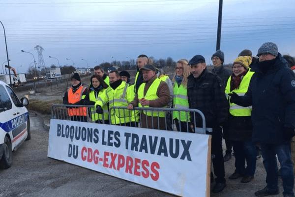 Les opposants bloquent le chantier du CDG Express à Mitry-Mory le 4 février 2019.