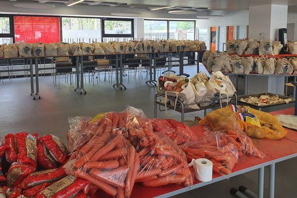 L'Université de Lyon a notamment fourni des tote bags pour la distribution de paniers à destination des étudiants en situation précaire.