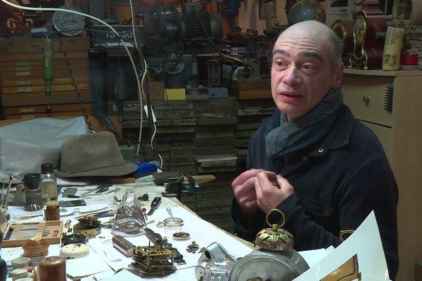 """Philippe Carry, dans boutique """"l'horloge de Saint-Paul"""" à Lyon"""