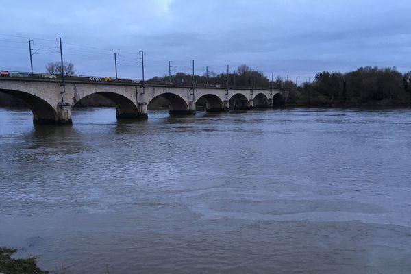Au pied du pont de Vendée, à Nantes, l'irisation était visible et l'odeur de pétrole facilement perceptible, ce lundi 6 janvier vers 17h.
