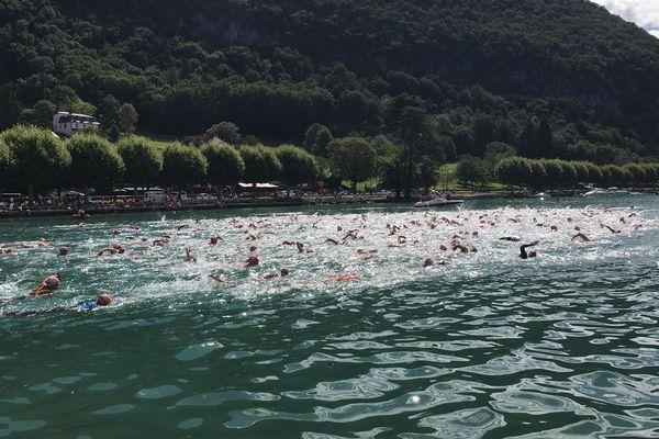 Près de 1.800 nageurs ont pris le départ de la Traversée du lac d'Annecy.