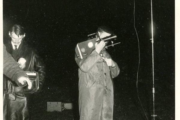 Reportage à Lutzelbourg (57) en 1966. Tournage sur une coutume de la région : le lancer des disques de feu pour célébrer l'arrivée prochaine du printemps. L'opérateur est Robert Vincenot avec sa caméra Eclair-Coutant film 16mm  dotée d'un magasin de 120 m.