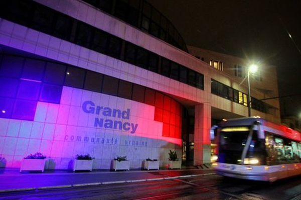 """""""En hommage aux victimes des Attentats de Paris, le Grand Nancy se pare de bleu, blanc et de rouge."""""""