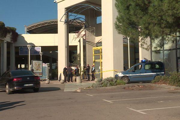 L'entrée du supermarché a été sécurisée par les gendarmes.