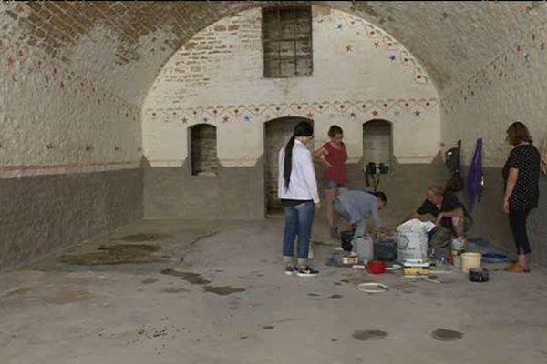 LEs bénévoles rénovent les peitures des casemates du fort de la Motte-Giron à Dijon.