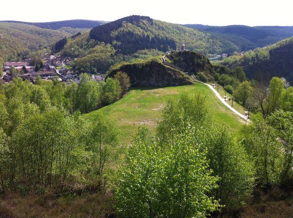 Les belles collines ardennaises à Bogny sur Meuse, peuvent être déjà le départ d'une aventure, un premier voyage