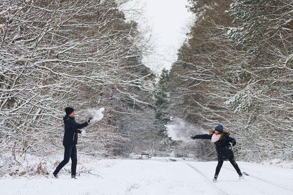 Les batailles de boules de neige. Un classique pour petits et grands.