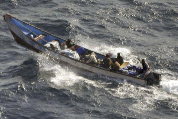 L'embarcation des pirates.  Evelyne Colombo y était dissimulée sous une bâche.