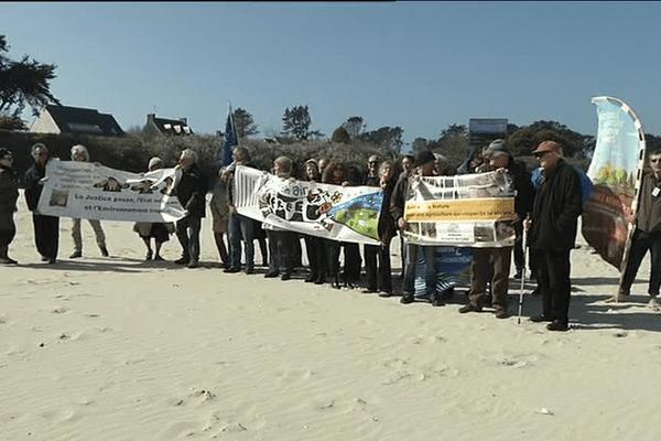 """Ces fermes usines """"vont inéluctablement impacter notre environnement"""", mettent en garde les associations présentes ce samedi à Landuvez (29)"""