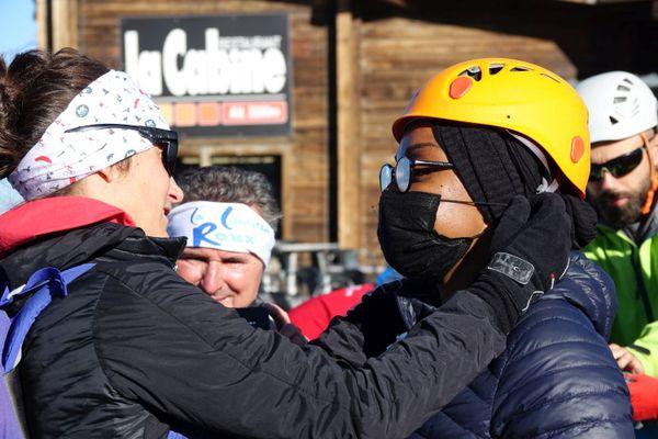 Une guide équipe une stagiaire avant de commencer la randonnée glaciaire