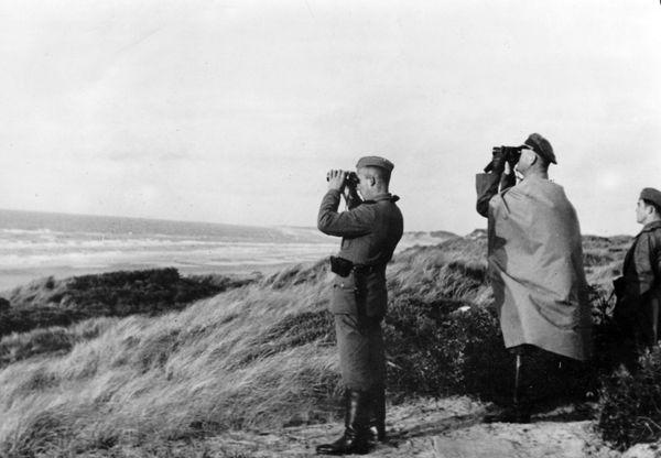 Des officiers allemands scrutant les côtes anglaises depuis le Pas-de-Calais en octobre 1940.