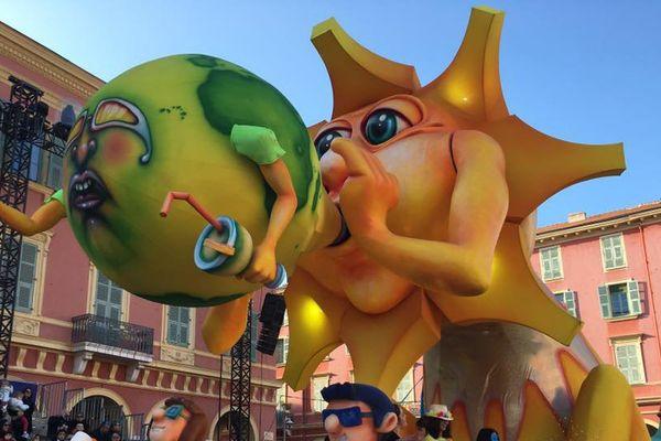 Les chars du carnaval de Nice défilent sous le soleil