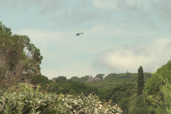 En saison estivale, des dizaines d'hélicoptères survolent chaque jour la commune de Ramatuelle, dans le Var.