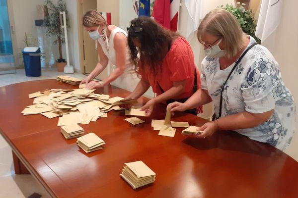 Début du dépouillement à Vallauris dans le bureau de vote de l'hôtel de ville.