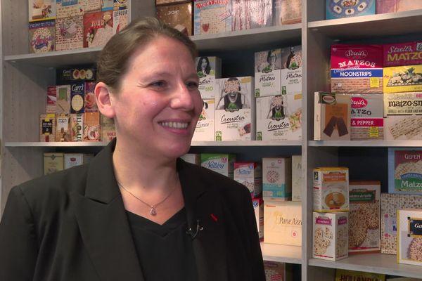 Isabelle Heumann-Buchert, devant des pains azymes venus du monde entier