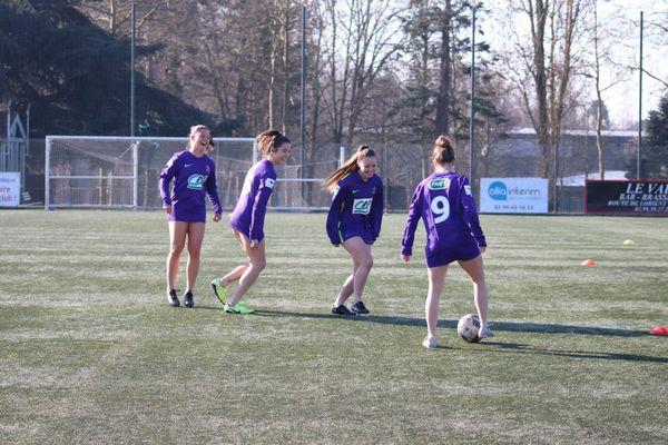 Privées de short et chaussettes au contraire des hommes qui ont un équipement complet, les filles ont décidé de s'entraîner uniquement en maillot