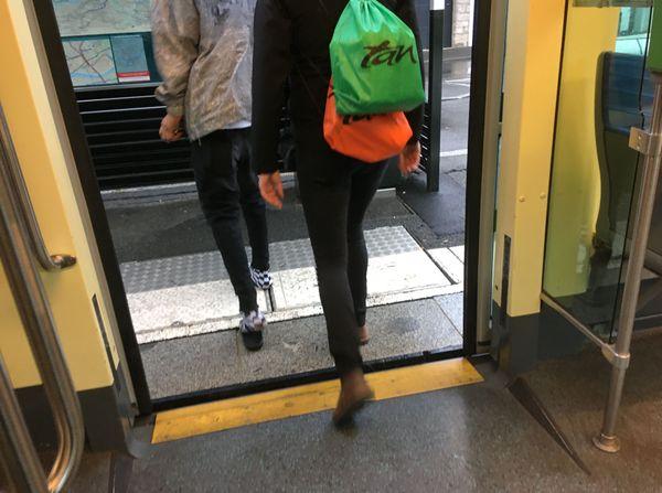 Un passager qui ne portait pas de masque est invité à sortir par un agent de prévention de la TAN