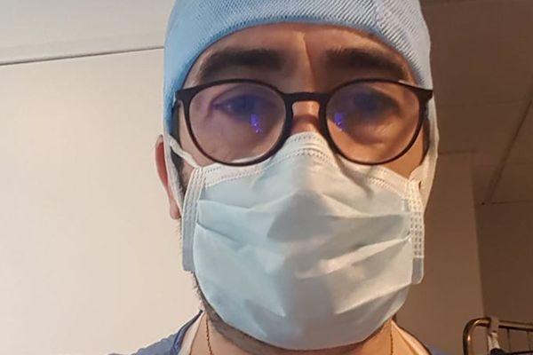 Sébastien Bonniol, aide-soignant à Marseille, met en place la confection de masques en tissus