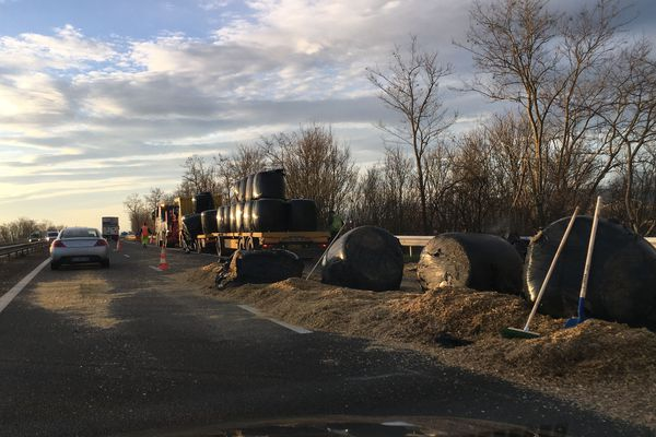 Jeudi 19 décembre, un camion a perdu une partie de sa cargaison sur l'autoroute A71 près de Riom, dans le Puy-de-Dôme.
