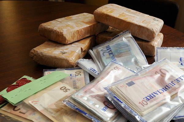9 kg d'héroïne ont été saisis à Pizou en Dordogne et 3 à Chalais en Charente.