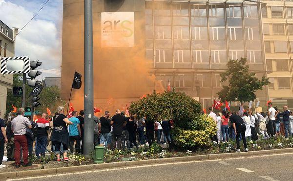 Plus de 700 personnes du CHRU ont manifesté, ce mardi après-midi, dans les rues de Nancy. Ici devant les bureaux de l'ARS.