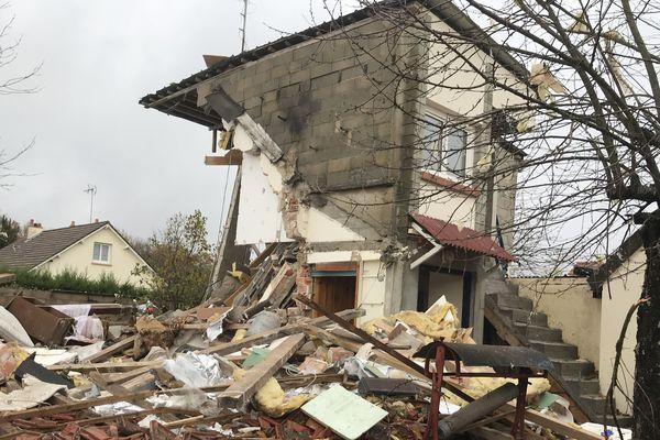 La quasi-totalité du pavillon s'est effondrée après l'explosion d'une bouteille de gaz.