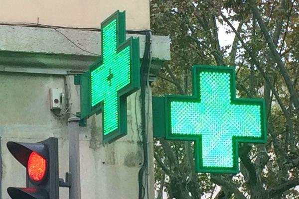 Seules les pharmacies disposant d'un local clos et d'un personnel habilité peuvent pratiquer les vaccinations