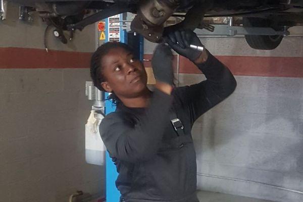 Honorine Yao, une mère courage prouve que les femmes ont aussi leur place dans un atelier mécanique