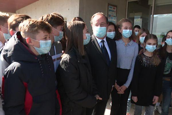 François Hollande au Touvet ce jeudi 25 février a rencontré des classes de 4ème