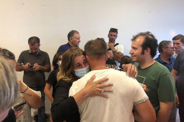 Angèle Bastiani dans les bras de ses soutiens et de ses proches