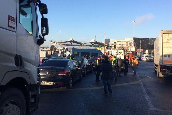 Quelques gilets jaunes rejoints par des chauffeurs VTC ont bloqué la porte de Thiais du marché de Rungis.