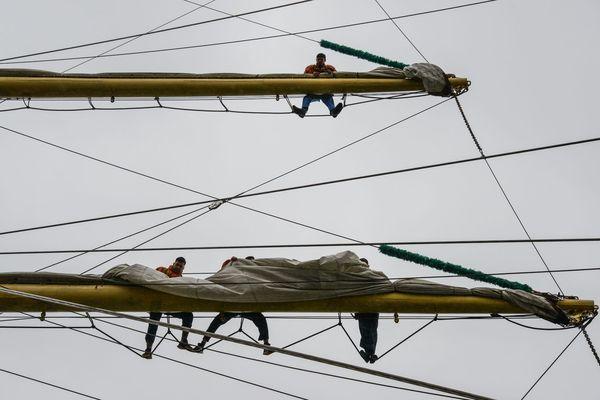 Les marins ont grimpé dans les mâts pour ranger les voiles