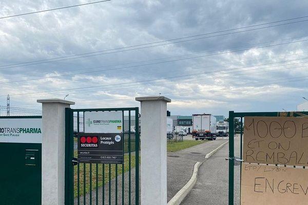 Transport de produits pharmaceutiques - Prime Covid: près de Lyon, des salariés d'Eurotranspharma en grève réclament 1000 euros de prime.