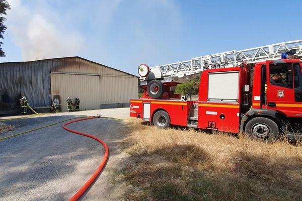 Saint-Drézéry (Hérault) - un hangar agricole en feu - 23 juillet 2019.