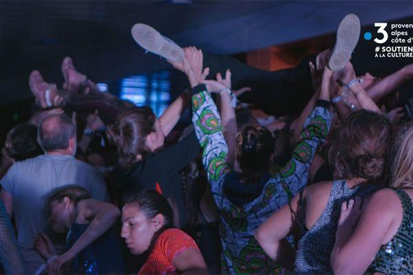 Le Festival de Marseille organise un atelier de danse par écrans interposés jeudi 28 mai à 19h00.