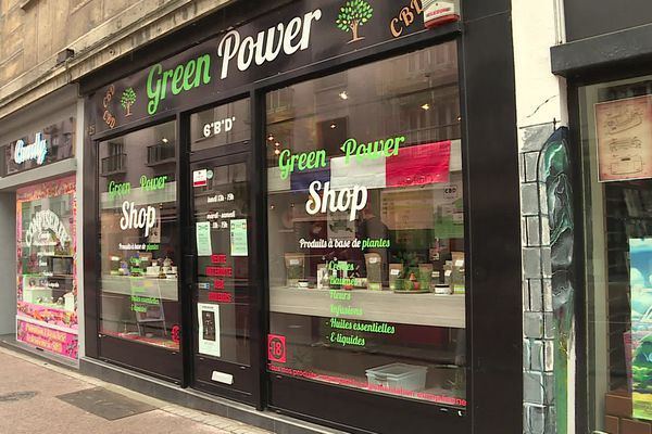 Dans le centre-ville de Rouen, les boutiques de produits de CBD fleurissent.