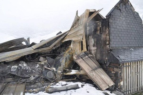 Les vestiges du refuge de Barroude, peu après sa destruction par un incendie