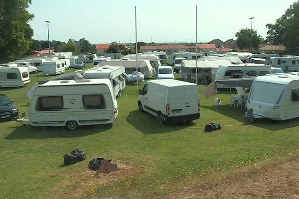 Le terrain de sport de La Tremblade (Charente-Maritime) actuellement occupé par une communauté de gens du voyage.