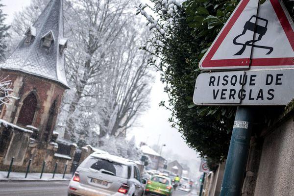 Des risques de verglas sont prévus sur les routes des départements auvergnats du Puy-de-Dôme, du Cantal et de la Haute-Loire. Ils sont placés en vigilance orange neige-verglas.