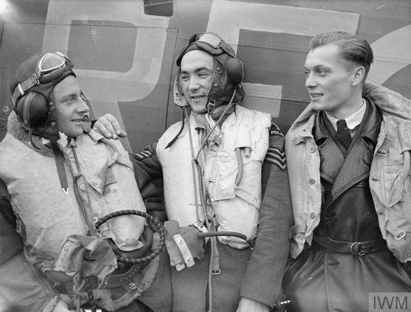 Stanislaw Karubin (au centre), en compagnie d'Eugeniusz Szaposznikow et Kazimierz Wünsche, avec le 303 Squadron, le 24 octobre 1940, à Leconfield.