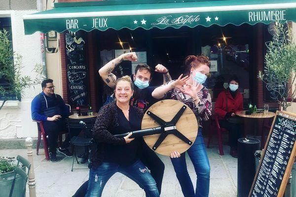 Les patrons du bar La Rafale heureux de retrouver leur table qui avait disparu.