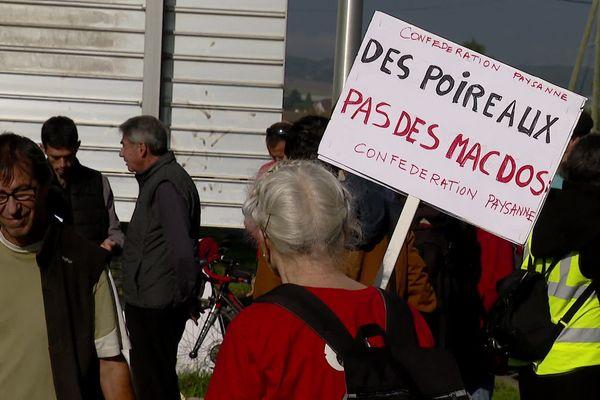 Des membres de la confédération paysanne de Haute-Savoie ont manifesté pour dire non au futur écoparc du genevois.