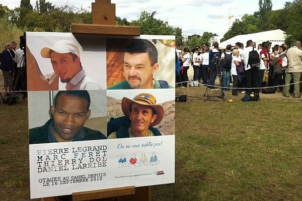 A Meudon devant la presse, le triste anniversaire de 2 ans de prise d'otages pour les 4 employés d'Areva au Sahel