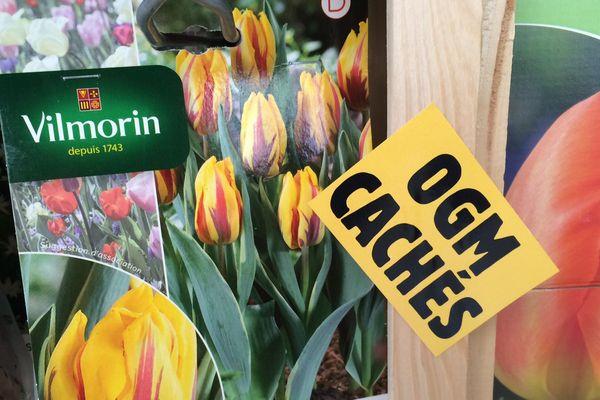 """Les militants ont collé des étiquettes """"OGM caché"""" sur les produits de la marque Vilmorin"""