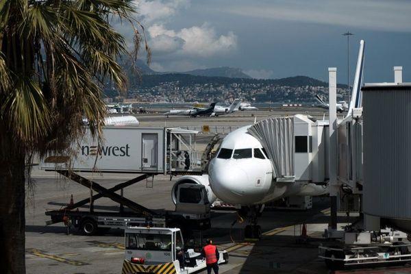 L'aile gauche de la Kuwait Airways a percuté une passerelle de passagers identique à celle-ci.