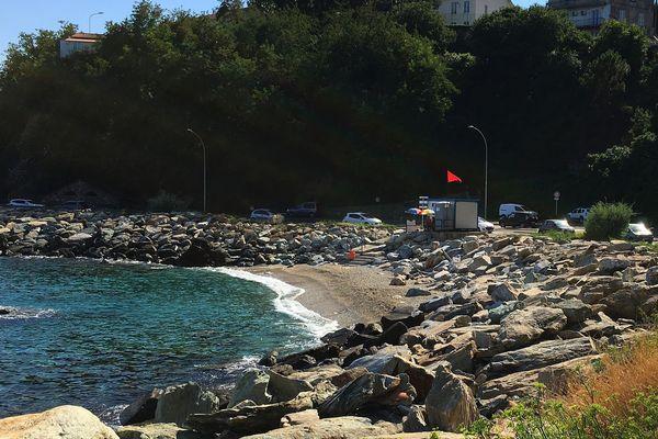 La plage de Ficaghjola (Bastia) désertée suite à une pollution.