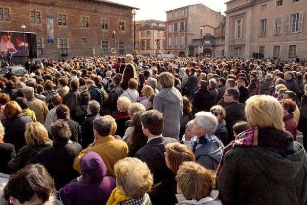 L'hommage des toulousains au poète disparu le 10 mars 2004 devant la basilique Saint Sernin