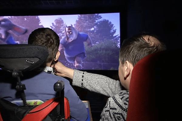 Une séance de cinéma où tous, handicapés ou non peuvent assister